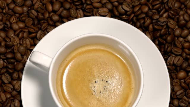 4 k でコーヒー カップを回転 - 平豆点の映像素材/bロール