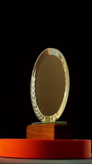stockvideo's en b-roll-footage met roterende kristaltrofee op draailijst - award