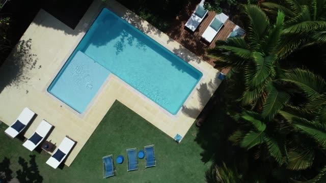 Rotierende Drohne Sicht Antenne nach unten bewegen, der Luxus-Schwimmbad