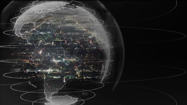 vídeos de stock, filmes e b-roll de terra de giro com expansão urbana na noite - rodar