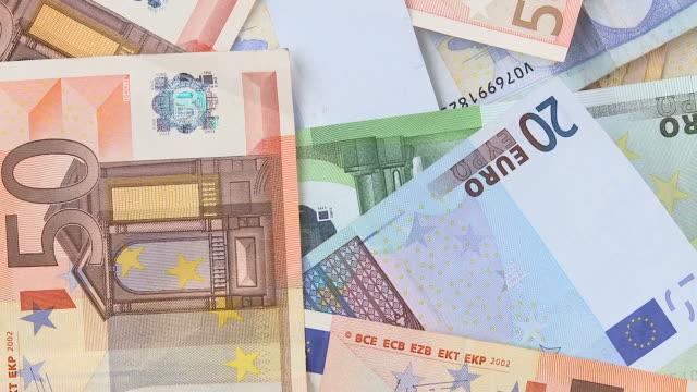 vídeos de stock, filmes e b-roll de loop hd: girando notas de euro - nota de cinquenta euros
