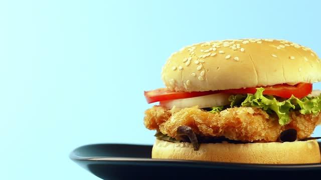rotating loop, fried chicken hamburger on dist. - sandwich stock videos & royalty-free footage
