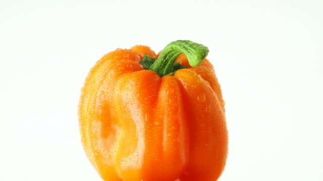vídeos y material grabado en eventos de stock de rotating orange bell pepper - vitamina c