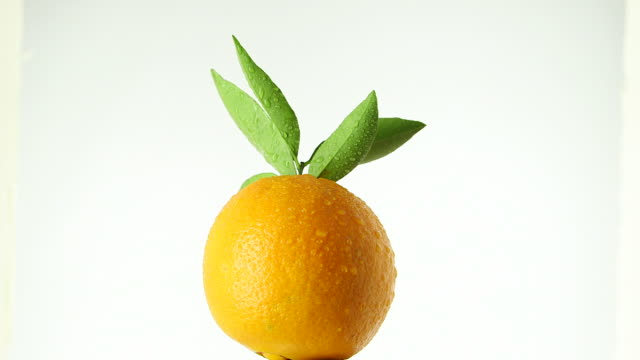 vídeos y material grabado en eventos de stock de rotating orange - vitamina c