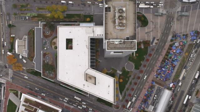 rotating over downtown boston, looking down; occupy boston encampment. shot in november 2011. - artbeats bildbanksvideor och videomaterial från bakom kulisserna