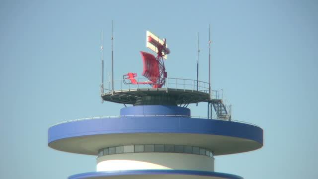 """vídeos y material grabado en eventos de stock de giratorio de radar por airport loop """"torre"""" sin costuras, con alta definición - torre de control de circulación aérea"""