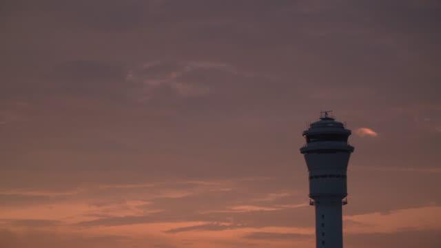 vídeos y material grabado en eventos de stock de 4k, radar giratorio en la torre del aeropuerto. - torre de control de circulación aérea
