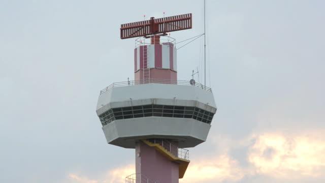 vídeos de stock e filmes b-roll de rotação de radar - torre de controlo de tráfego aéreo