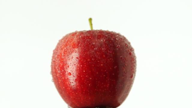 vídeos y material grabado en eventos de stock de rotating red apple - vitamina c