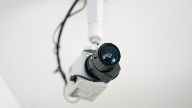 vídeos y material grabado en eventos de stock de tiro giratorio ds de una cámara de seguridad montado en un techo - cámara