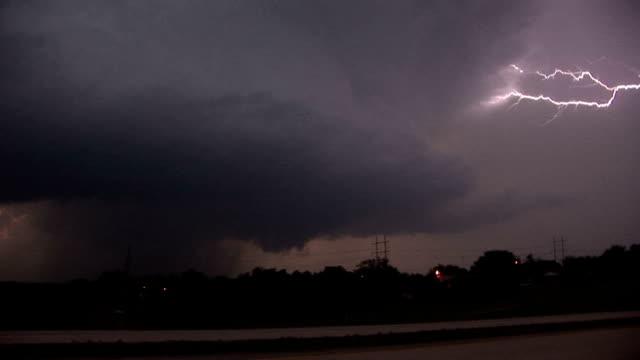stockvideo's en b-roll-footage met rotating supercell thunderstorm & lightning - zigzagbliksem