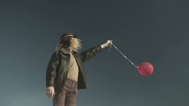 Rotating view of girl with balloon