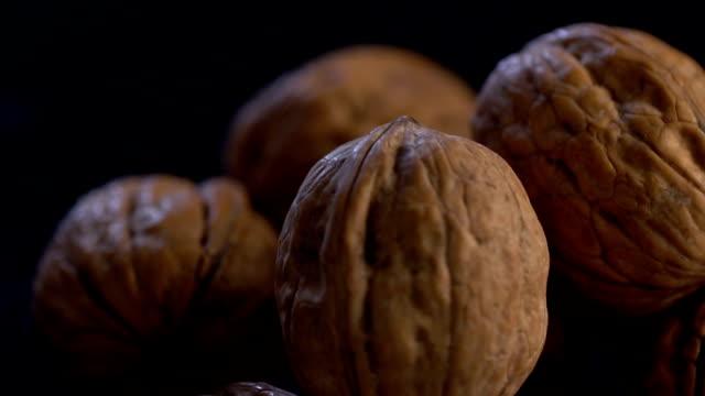 stockvideo's en b-roll-footage met roterende walnut, slow motion - notendop