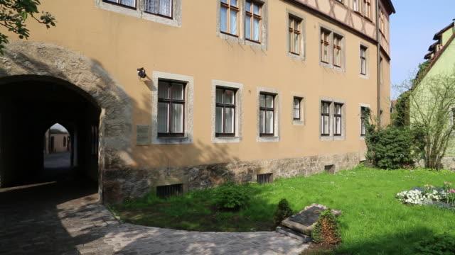 vídeos de stock, filmes e b-roll de rothenburg ob der tauber, garden with a jewish memeorial  - armação de janela