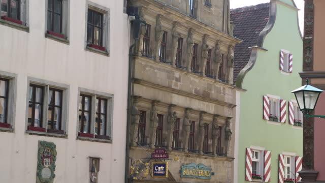 rothenburg ob der tauber, the master builder's house in schmiedgasse street - västerländsk text bildbanksvideor och videomaterial från bakom kulisserna