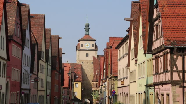 Rothenburg ob der Tauber, view of the Galgengasse street and the white tower