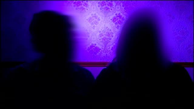 rotherham foster children row: interview with foster parents; england: south yorkshire: rotherham: int various of hands holding wrapped christmas... - familjehem bildbanksvideor och videomaterial från bakom kulisserna