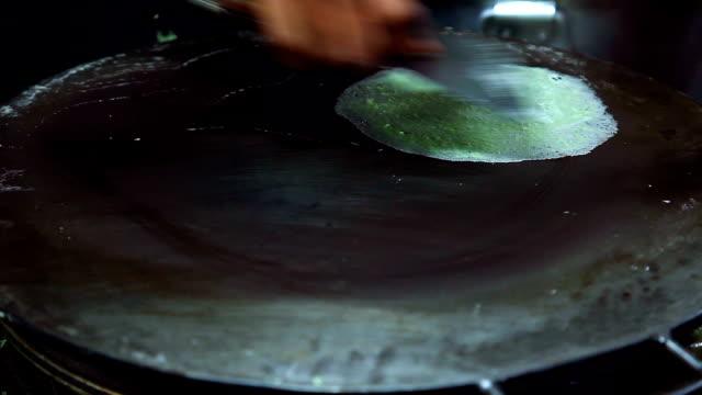 vídeos de stock, filmes e b-roll de roti saimai, tailandesa sobremesa - crocante
