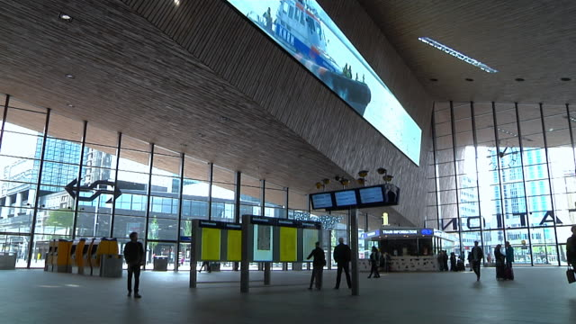 rotterdam centraal railway station - insegna commerciale video stock e b–roll