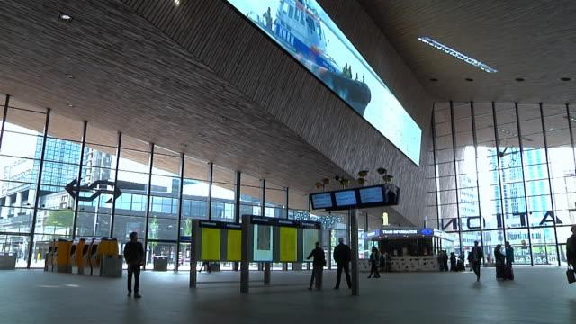 rotterdam centraal railway station - stazione ferroviaria video stock e b–roll