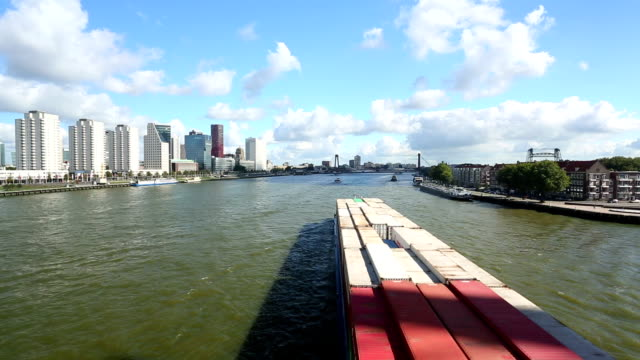 stockvideo's en b-roll-footage met rotterdam skyline with container ship - hersenstam