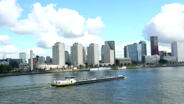 stockvideo's en b-roll-footage met rotterdam skyline with ship - hersenstam