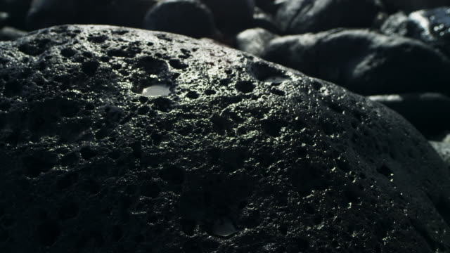 vídeos de stock e filmes b-roll de rough costa - pedra rocha