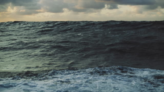 vídeos de stock e filmes b-roll de rough north sea sailing: waves and surf - áspero