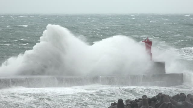 vídeos de stock, filmes e b-roll de rough sea and strong winds lash coast as winter storm hits northern japan in december 2017 - farol estrutura construída