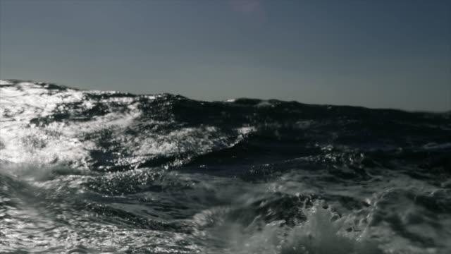 vídeos y material grabado en eventos de stock de mar áspero desde una ventana de velero, olas estrellándose - tosco