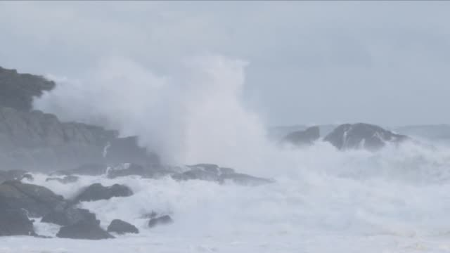 rough sea - stimmungsvoller himmel stock-videos und b-roll-filmmaterial