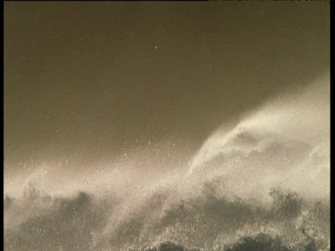 rough surf and spray on stormy coast, ireland - traumartig stock-videos und b-roll-filmmaterial