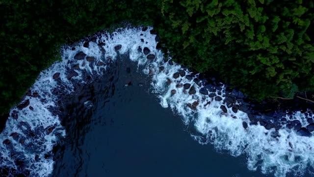 Eau agitée de rupture Maui rivage