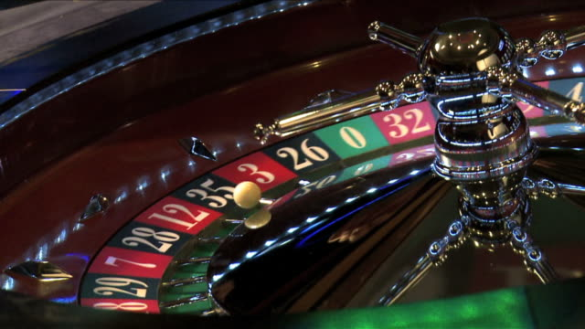 stockvideo's en b-roll-footage met roulette wheel spinning dm - gokken