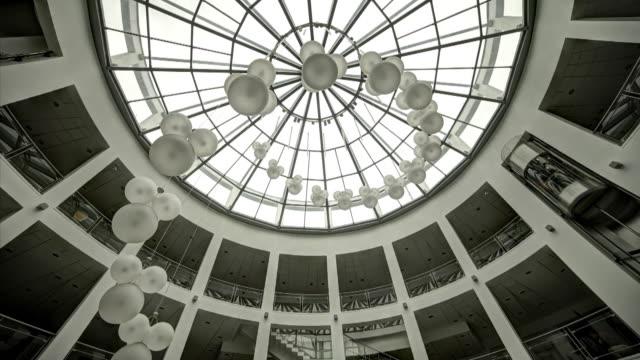 丸いガラスの屋根。見上げてください。 - 建物の骨組み点の映像素材/bロール