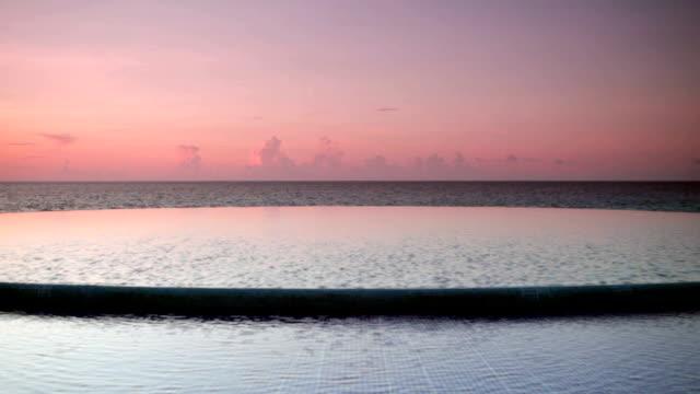 vídeos de stock, filmes e b-roll de rodada piscina de borda infinita - lago infinito