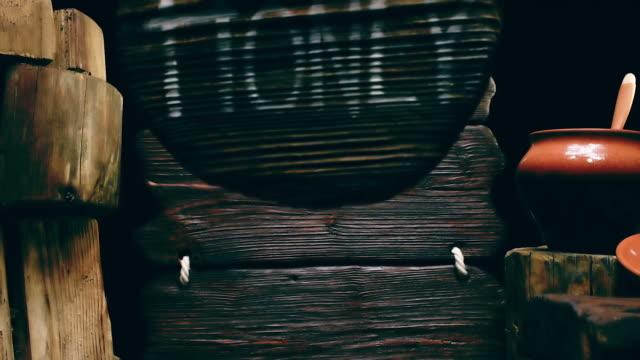 Rundes Holz Zeichen und Clay pot