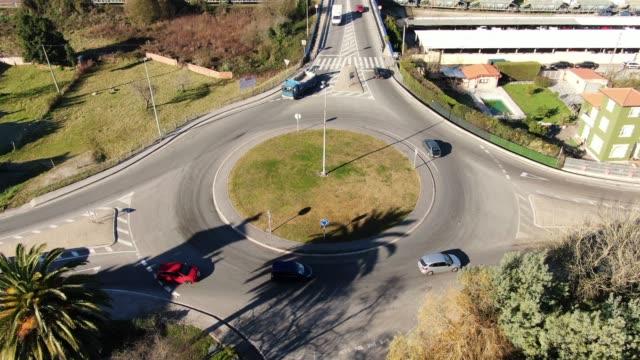 vídeos de stock, filmes e b-roll de rotunda, como visto de cima - junção de rua ou estrada