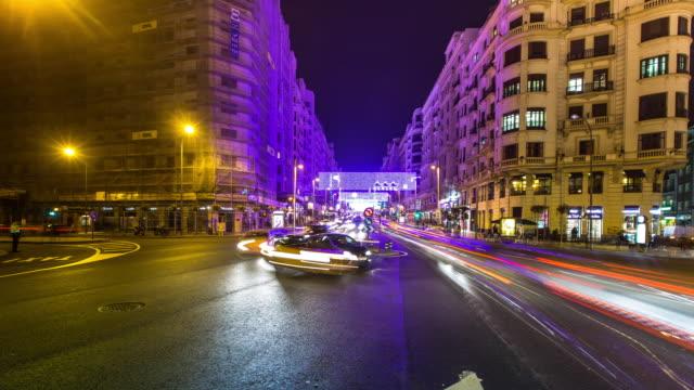 vídeos de stock, filmes e b-roll de roundabout at plaza de españa at night - panning timelapse - long exposure