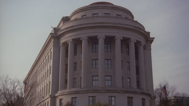 pan rounded end with dome and columns of ftc building, and traffic on street with traffic light / washington, d.c., united states - 新古典派点の映像素材/bロール