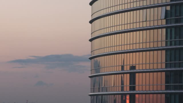 a rounded office building during orange sunset, london - inquadratura fissa video stock e b–roll