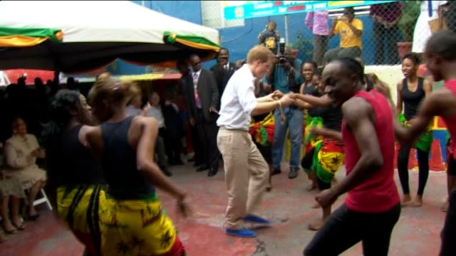 round-up of prince harry's caribbean visit; jamaica: kingston: trench town: ext **flashlight photography throughout** various shots of prince harry... - ボブ・マーリー点の映像素材/bロール