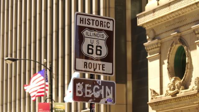 vidéos et rushes de route 66 signe, le début de la route historique 66 à chicago, illinois - route 66