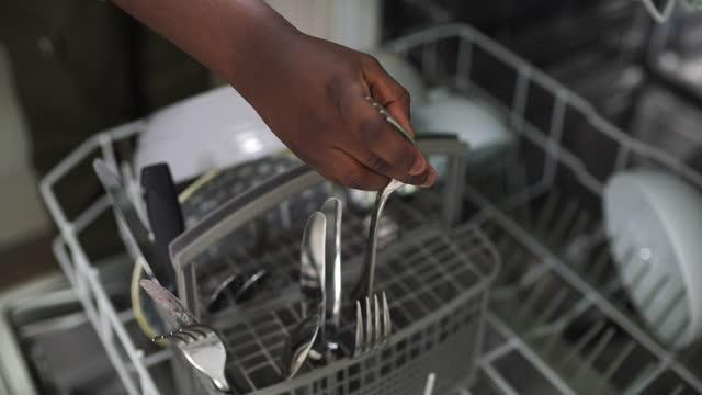 vidéos et rushes de la routine est importante dans le développement de l'enfant - lave vaisselle
