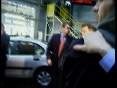 byers visit itn england birmingham trade and industry secretary stephen byers mp along thru rover cars longbridge plant order ref bsp080299026 - longbridge stock videos & royalty-free footage