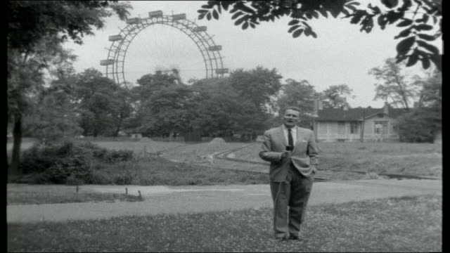 vidéos et rushes de a view of vienna titles austria vienna ext reporter to camera in prater public gardens giant ferris wheel turning traders with bunches of balloons... - vienne autriche