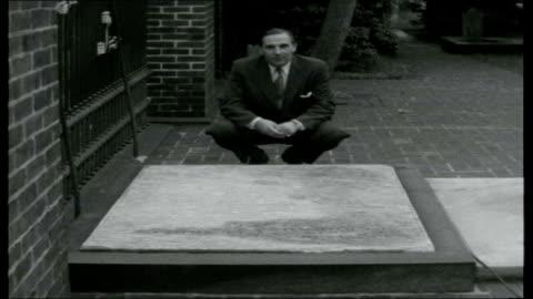 america on â£100; reporter visits tomb of benjamin franklin sot tomb - benjamin franklin stock videos & royalty-free footage