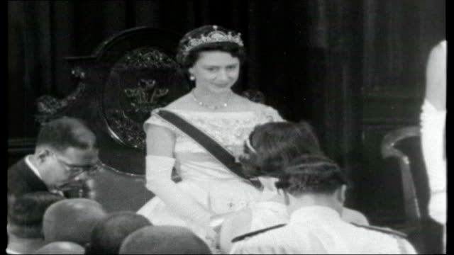 stockvideo's en b-roll-footage met caribbean cocktail 1958 georgetown procession of people carrying banner reading 'welcome princess margaret' with princess margaret looking on people... - prinses margaret windsor gravin van snowdon