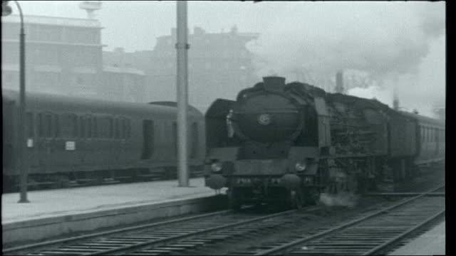 vidéos et rushes de french railways; lines in snow as points change and train past at close range goods train, points changing and train past at close range... - vapeur