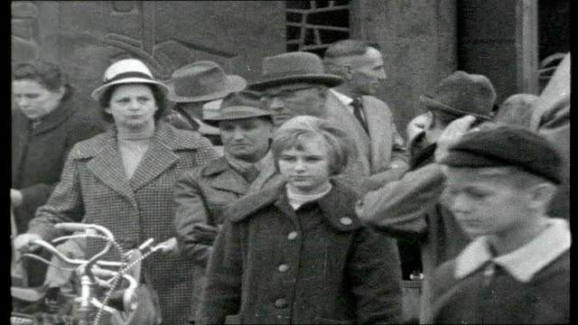 vidéos et rushes de german mine disaster rescuers standing by pit shaft gates / statue of miner holding lamp including close up of head wearing helmet / more buildings... - cartable